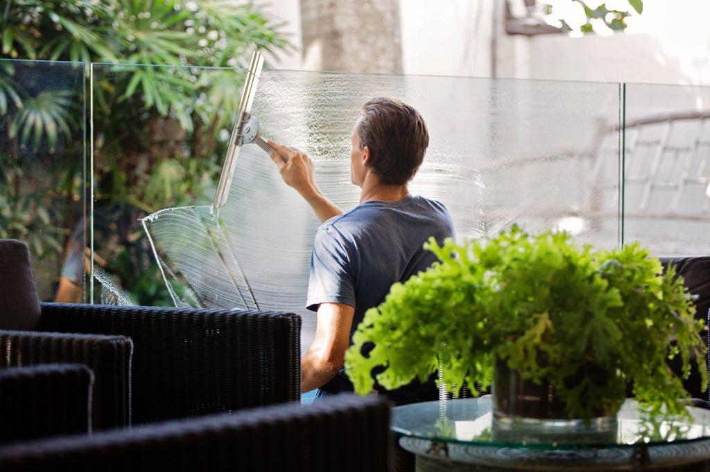 Frühjahrsputz - Fensterwischen